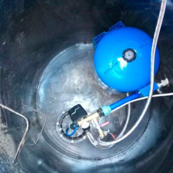 Обвязка скважины с металлическим кессоном